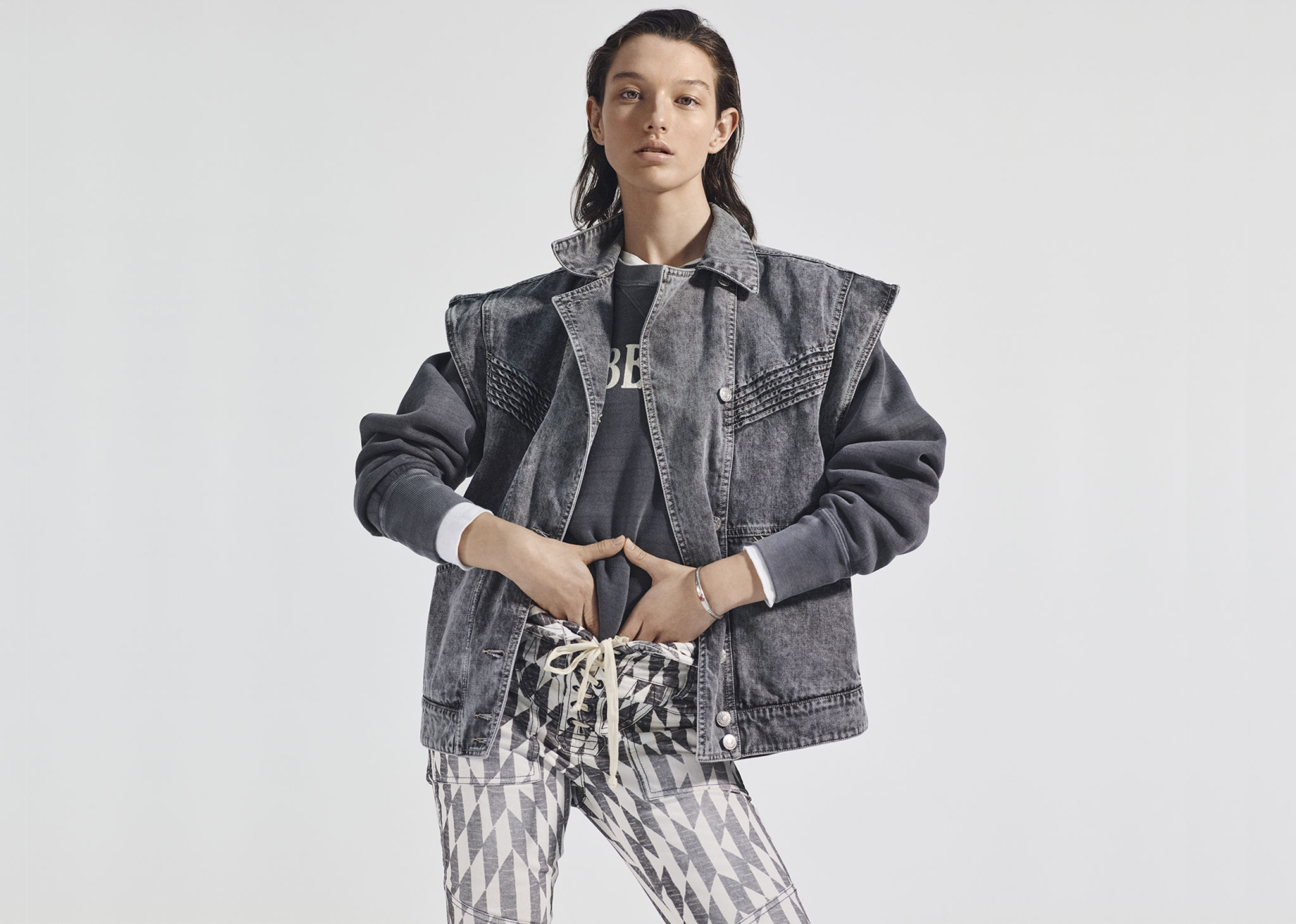 The model is standing, both hands placed against the abdomen. Click on this picture to see the Isabel Marant Étoile Fall-Winter 2019 selection.