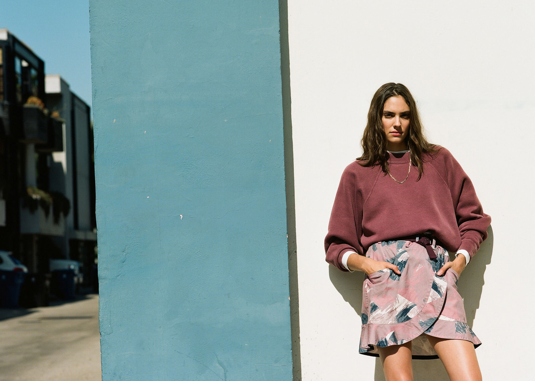 The model is leaning agaisnt a wall, wearing the Bradford sweat and the Roan skirt. Click on this picture to see the Isabel Marant Étoile Spring-Summer 2020 selection.