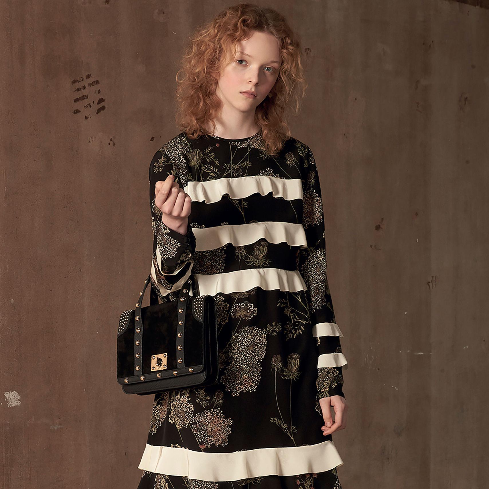 Con su vestido negro indefectible