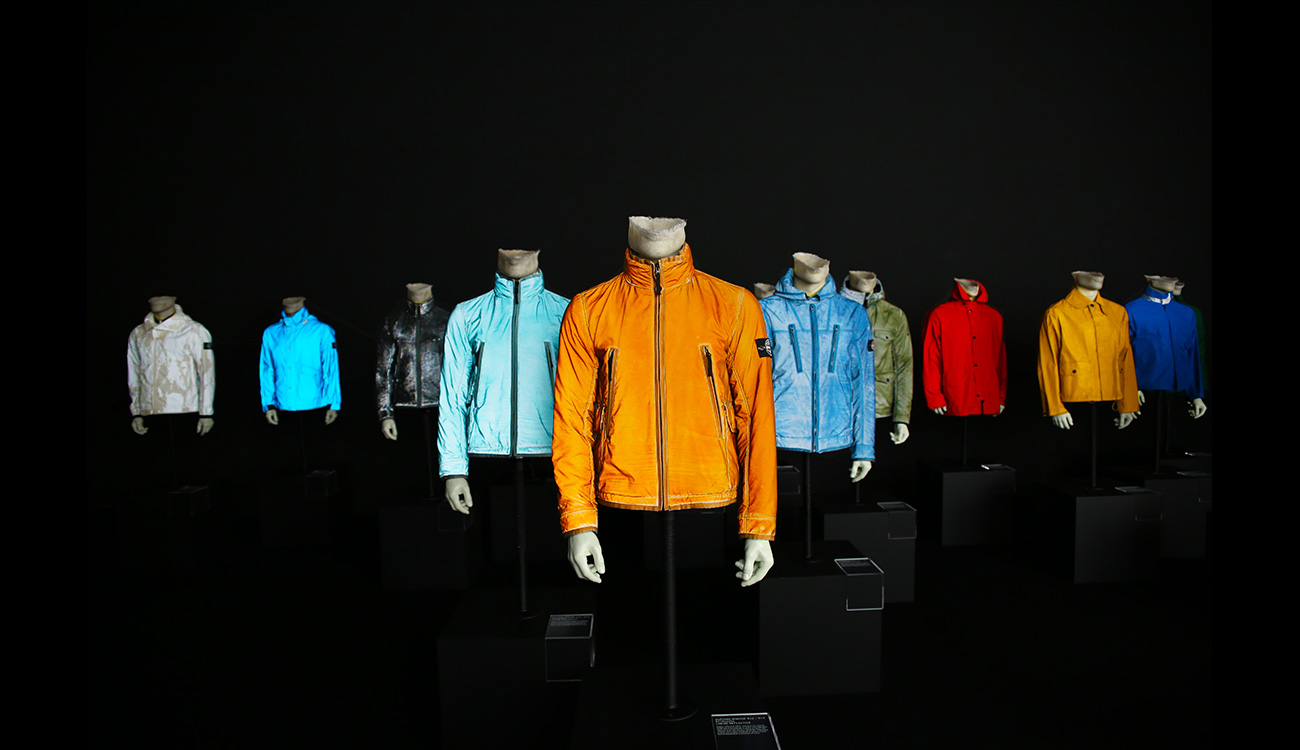 Mannequins in different jackets, in different colors.