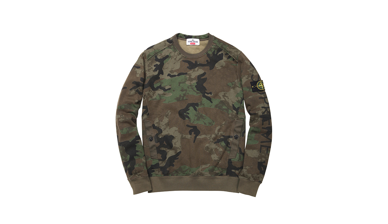 Camouflage sweatshirt with crewneck and diagonal pockets, with Stone Island badge and Supreme written on left arm.