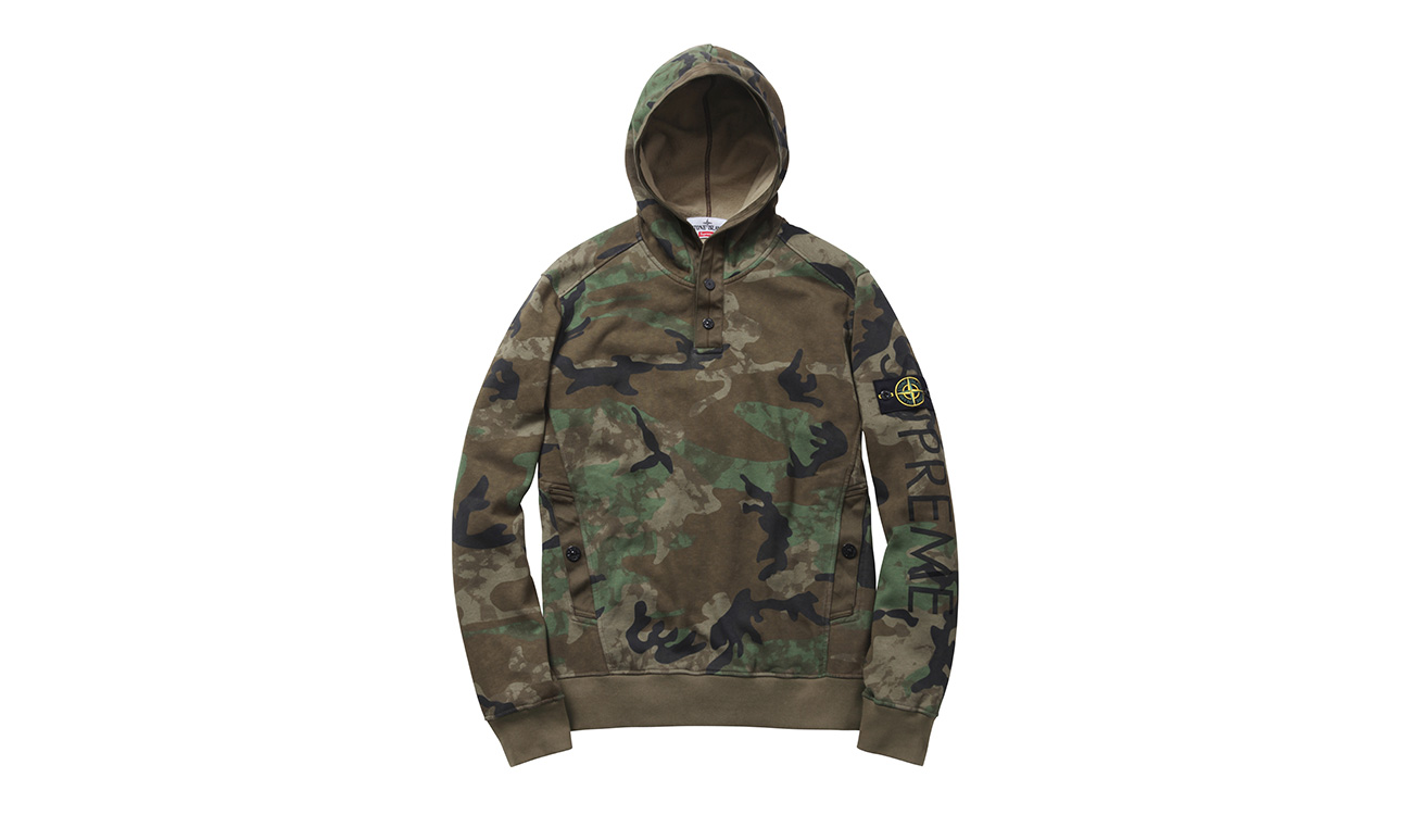 Camouflage sweatshirt with hood and diagonal pockets, with Stone Island badge and Supreme written on left arm.