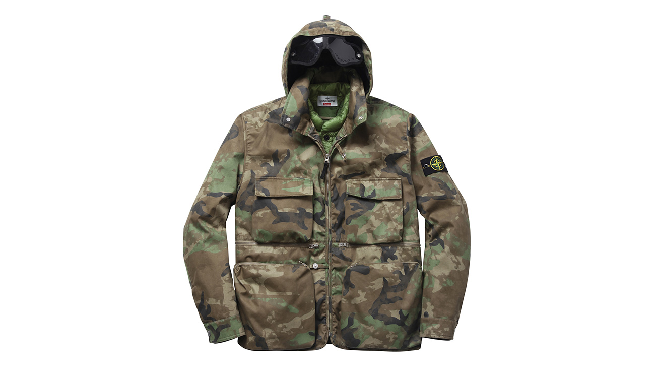 Camouflage jacket with hood, four front pockets and zip closure.