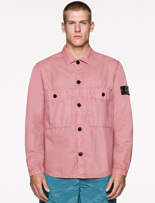 Model wearing light blue pants and a light pink shirt with collar, button fastening, two patch pockets with button fastening on the chest and the Stone Island badge on the upper left arm.